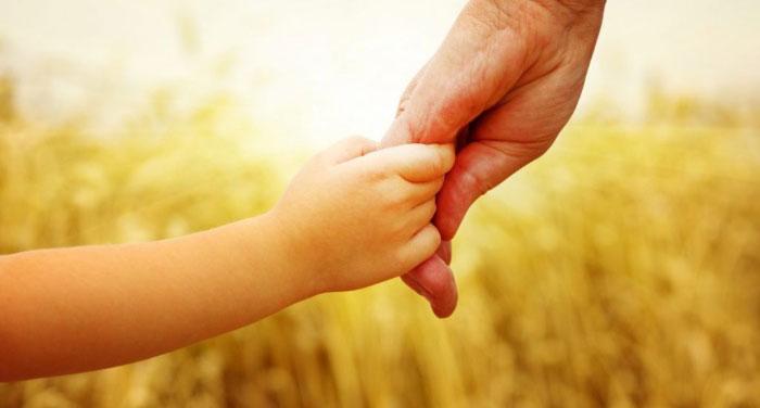 Mơ thấy trẻ con đang nắm tay mình
