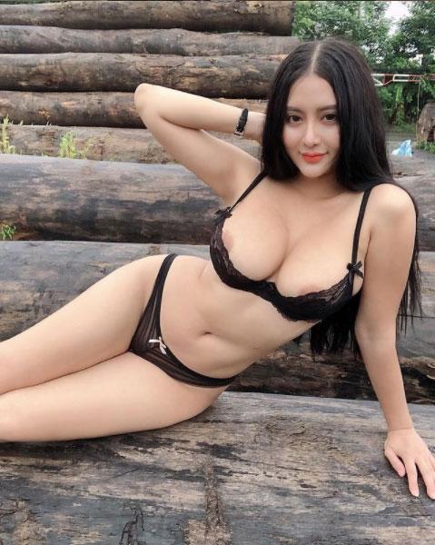 Võ Huỳnh Ngọc Phụng thường xuyên khoe vú trên mạng xã hội